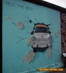Coche atravesando el muro de Berlín