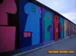 Pintura del muro de Berlín de caras de colores